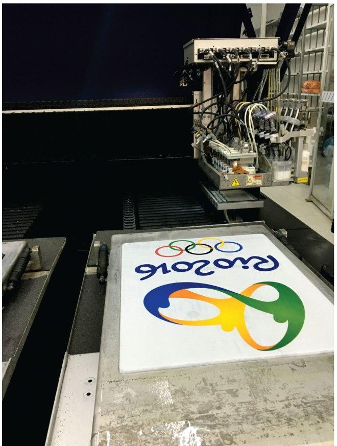 Máquina de silk screen na produção de estampa com logo das olimpíadas rio dois mil e dezesseis