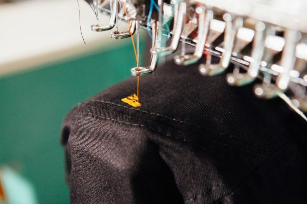 Área de confecção dos produtos: máquina de bordado