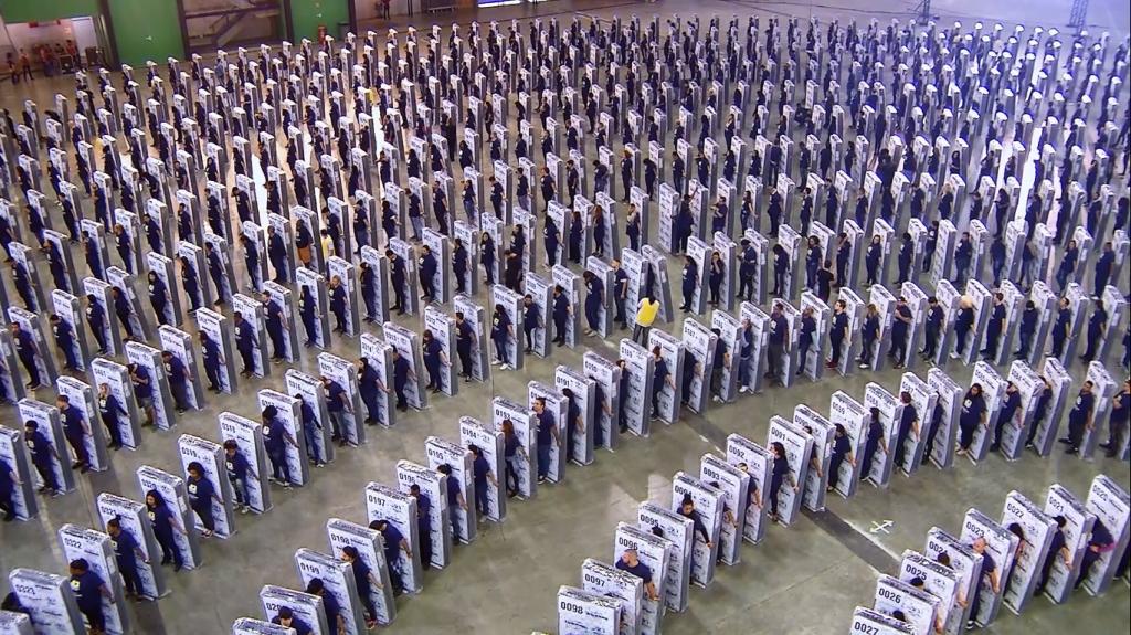 Diversas pessoas imitando o efeito dominó