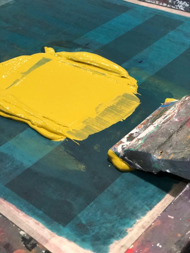 Tinta amarela em chão azul