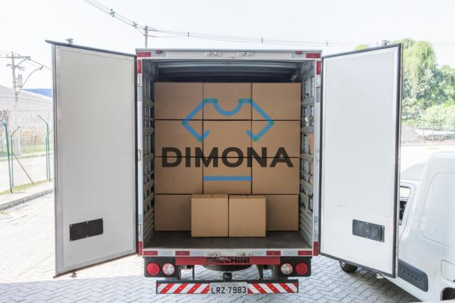 Caminhão com caixas formando a palavra Dimona