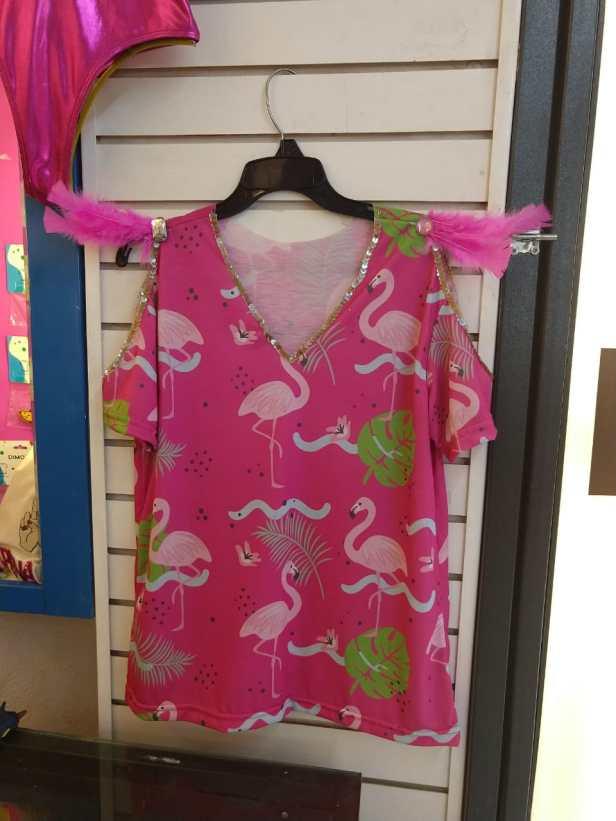 Camiseta rosa com estampa de flamingos customizada para carnaval