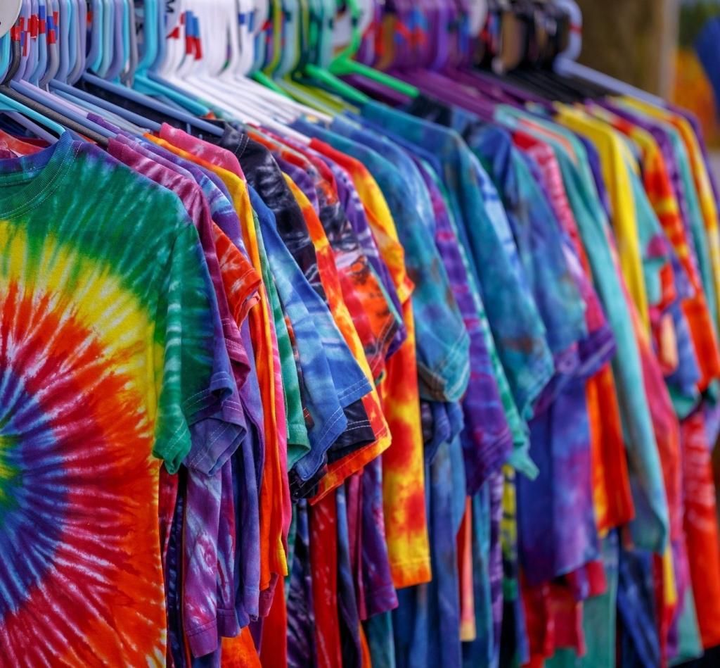 Camisetas customizadas penduradas