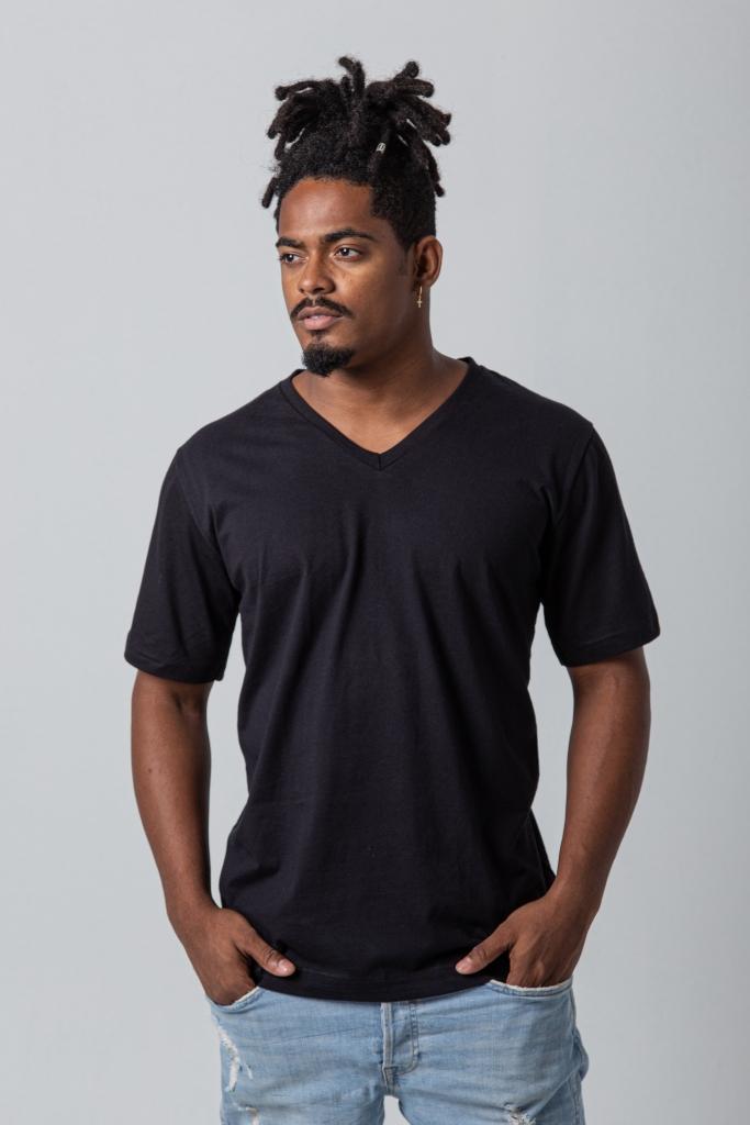 Homem vestindo camiseta preta.