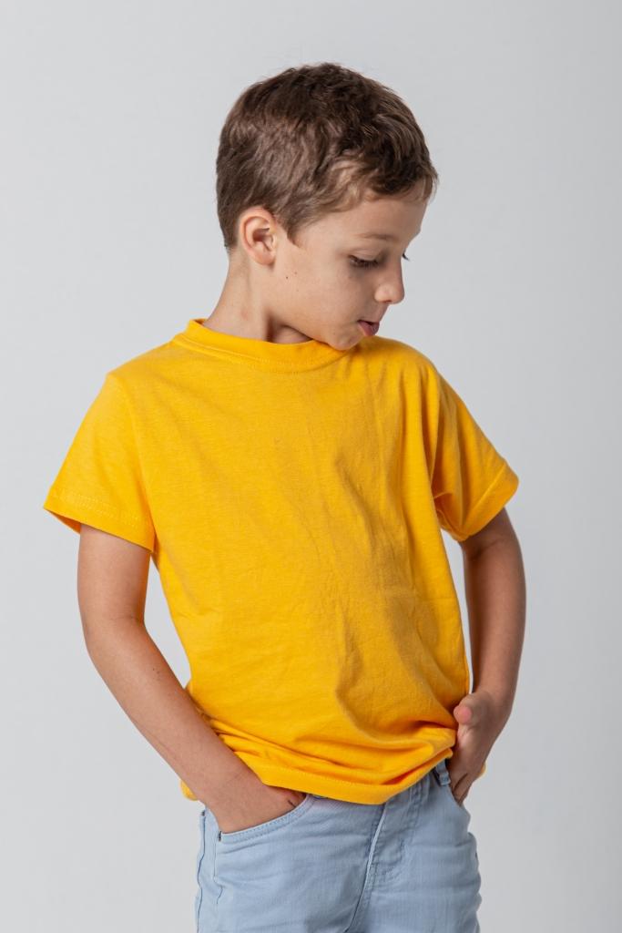 Criança com camiseta amarela