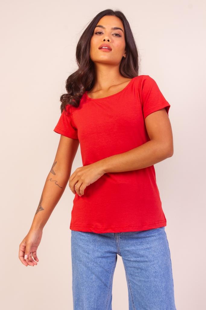 Mulher vestindo uma camisa vermelha em gola v