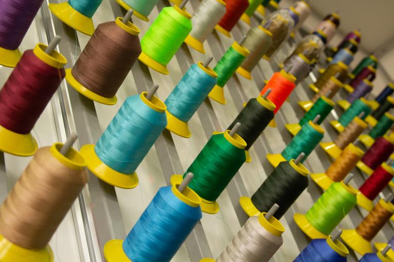 Carreteis de linha coloridas para bordar camisas e outros produtos.