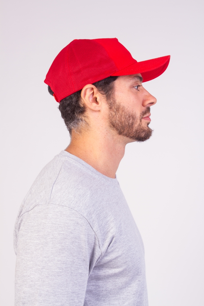 Homem com um boné americano, estilo truck, vermelho na cabeça